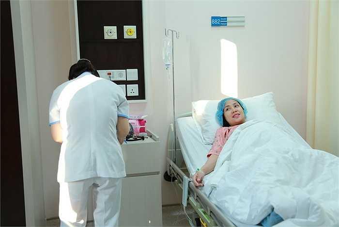 Sau khi làm thủ tục, đến 7h30, Ốc Thanh Vân được đưa vào phòng mổ.