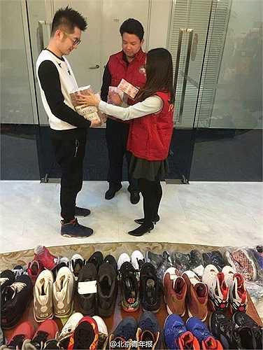 Cửa hàng cầm đồ đã mua lại số giày trên với giá 1 triệu nhân dân tệ (khoảng hơn 3,5 tỷ đồng)