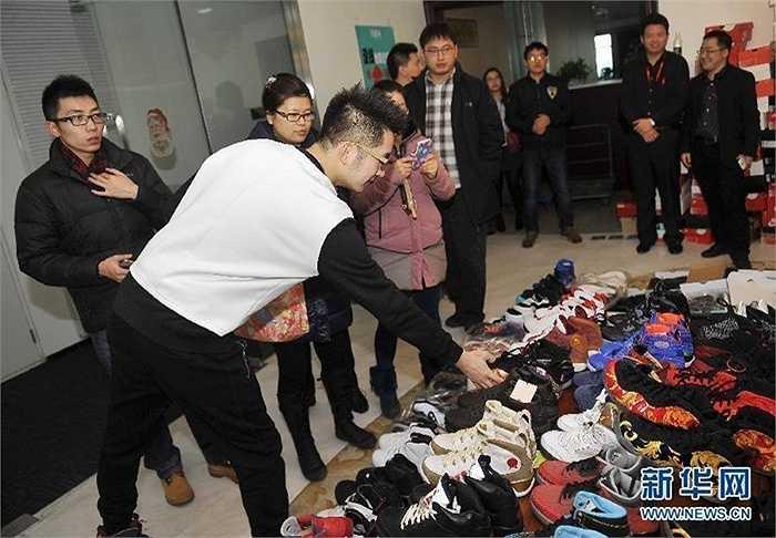 Nhiều đôi giày trong số này được chàng trai mua khi còn là sinh viên