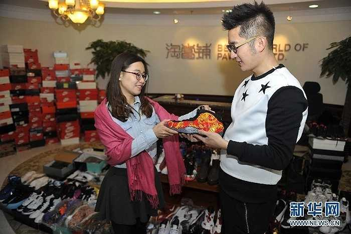 Mặc dù, rất yêu thích bộ sưu tập giày nhưng vì áp lực mua nhà cưới vợ nên chàng trai đành chấp nhận bán chúng đi
