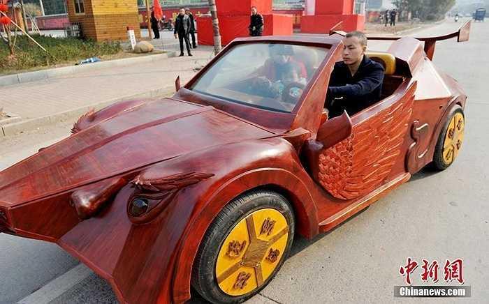Một người ở Giang Tây (Trung Quốc) đã dùng gỗ gụ quý để tạo ra chiếc xe với phong cách độc đáo