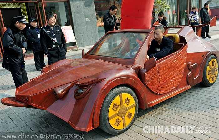 Chiếc xe dài 4m, rộng 1,5m, cao 1,5m. Mất khoảng 6 tháng để hoàn thành