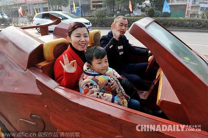 Chủ nhân chiếc xe cùng chụp ảnh với gia đình trong buổi ra mắt