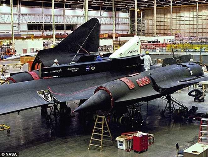 Các kỹ sư Lockheed làm việc trên thân của SR-71