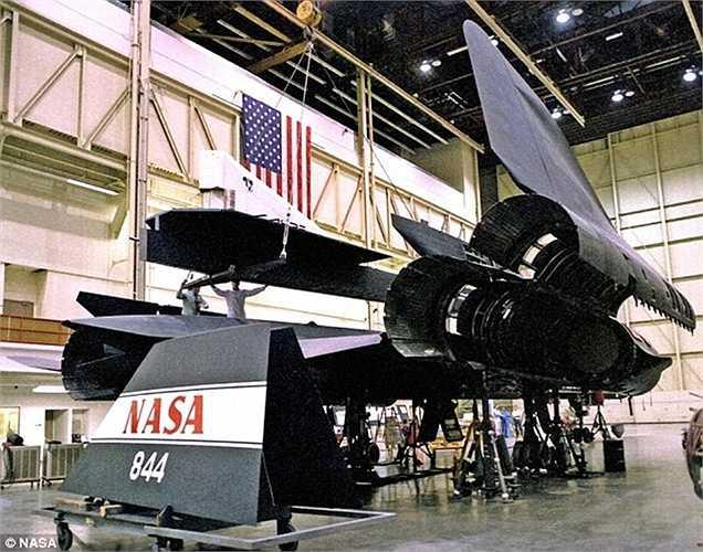 93% thân của máy bay được làm từ titanium giúp nó có thể bay cao và nhanh mà không bị biến dạng