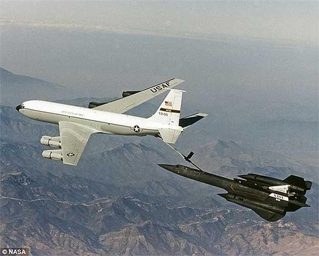 SR-71 tiếp nhiên liệu từ máy bay KC-135Q