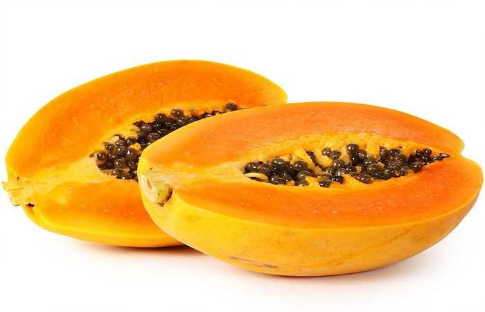 Đu đủ không chỉ có hương vị thơm ngon, nó cũng giàu cả vitamin A và vitamin C.  Cả hai loại vitamin này có tác dụng giúp đỡ để thúc đẩy khả năng miễn dịch của cơ thể khỏi các bệnh như cảm lạnh, sốt, và bệnh cúm. Đu đủ thậm chí có thể trở thành một loại mặt nạ siêu tốt cho làn da của bạn. Chất chống oxy hóa có trong đu đủ chống lại các gốc tự do trong cơ thể dẫn đến lão hóa.
