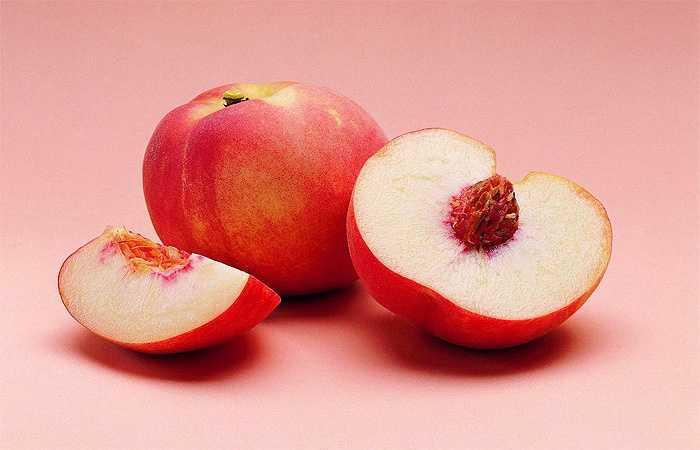 Đào là nguồn niacin, thiamin, kali và canxi, hàm lượng cao beta-caroten - một chất chống ôxy hóa chuyển thành vitamin A cần thiết cho sức khỏe của tim và mắt. Ăn đào giúp thúc đẩy khả năng tái sinh hemoglobin, theo đó phòng ngừa thiếu máu do thiếu sắt.