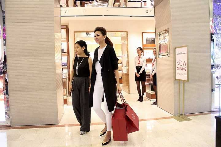 'Chân dài 1m12' chia sẻ rằng cô rất háo hức chờ đợi để xem những bộ trang phục thời trang đẳng cấp tại tuần lễ thời trang