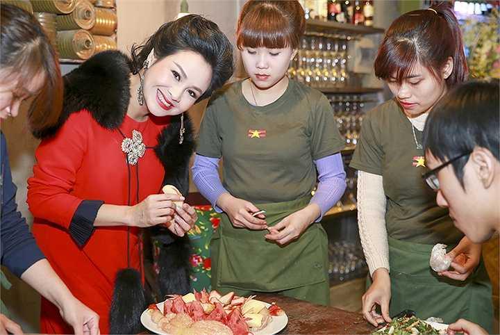 Ngoài tài năng ca hát, diva của chúng ta còn được nhiều bạn nghề thân thiết như ca sĩ Tùng Dương, Trọng Tấn, nhạc sĩ Quốc Trung… hết sức ca ngợi về hoa tay làm bếp với niềm đam mê ẩm thực không kém gì niềm đam mê nghệ thuật ở 'người đàn bà hát'.