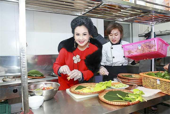 Cùng ngắm Thanh Lam đẹp rực rỡ ngay cả khi vào bếp:
