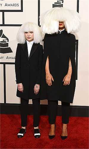 Nữ ca sĩ Sia và vũ công nhí Maddie đội 2 bộ tóc giả quái dị tại Grammy 2015