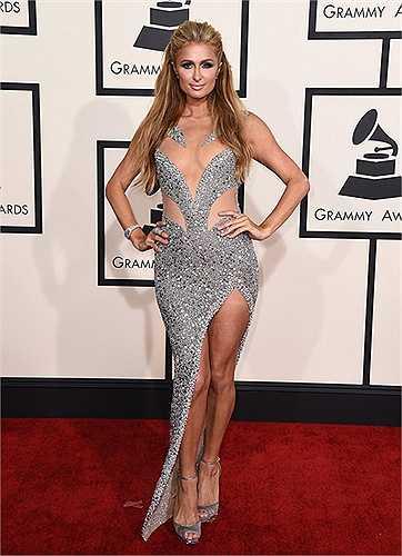 Paris Hilton có vòng 1 hiện lên kỳ lạ khi mặc bộ váy đính kim sa