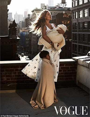 Đặc biệt siêu mẫu vừa chạm đầu 3 cực kỳ quyến rũ dù mới chỉ sinh hạ được bé Myllena được 7 tháng.
