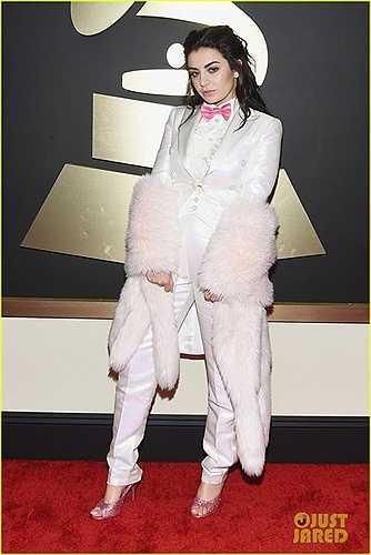 Charli XCX phối khăn lông và giày không ăn nhập gì với bộ suit