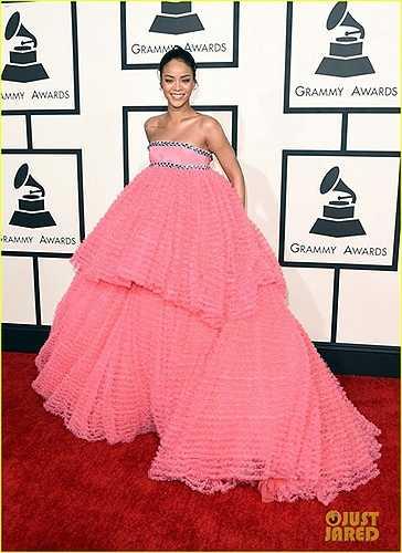 Rihanna trông như một nàng búp bê mắc kẹt trong bộ đầm hồng diêm dúa, khổng lồ của Valli