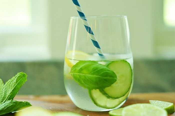 Uống một ít nước chanh: Trước khi uống rượu, bạn có thể uống nước chanh, nếu thấy chua qua thì thêm một ít nước sôi nóng rồi uống. Rượu là Ba zơ, chanh là axit, nó hòa tan nhau.