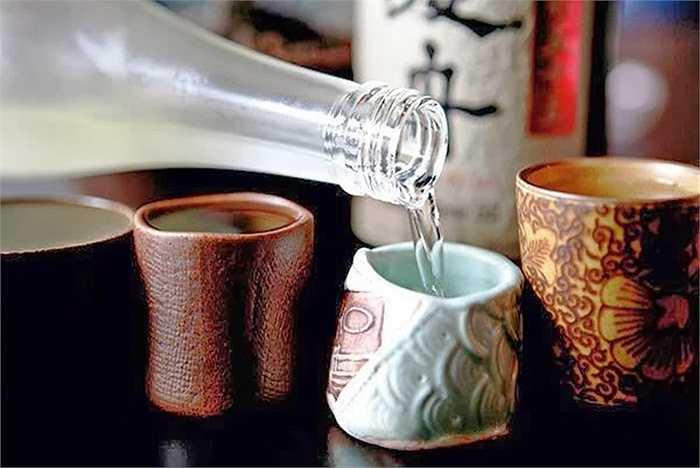 'Làm ấm' rượu trước khi uống: Đối với tất cả các loại rượu, trước khi uống, bạn hãy 'làm ấm' chúng bằng cách ngâm vào nước nóng. Dưới tác động của nhiệt độ, một số chất có hại trong rượu sẽ bay hơi, từ đó giảm được những tác động xấu của rượu tới sức khỏe cơ thể.