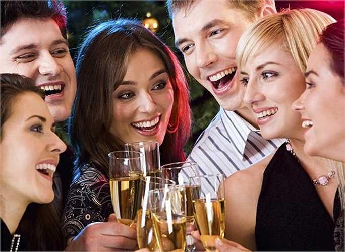 Nói nhiều và cười nhiều khi uống: Trong lúc uống cố gắng nói nhiều và cười vừa tạo không khí vui vẻ, vừa bay bớt hơi rượu.