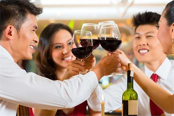 Tuyệt đối không 'đọ': Đừng vì bất cứ lý do gì mà 'hơn thua' trong khi uống rượu. Chỉ lên ly khi có lý do thực sự hợp lý và khéo léo từ chối những lời mời, lời khích từ người khác.