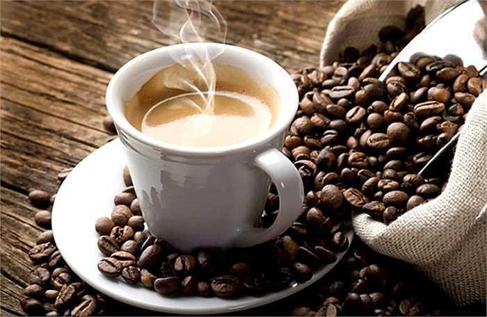 Uống cafe sau khi uống rượu: Dùng 1 tách cafe sẽ giúp mạch máu bớt giãn nở, khi đó hiện tượng hấp thụ chất cồn cũng sẽ giảm theo.