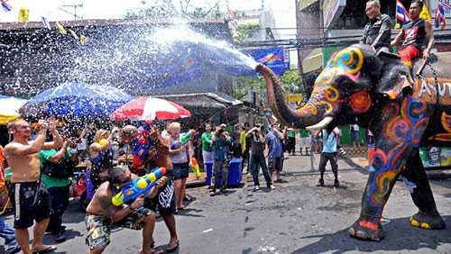 Lễ hội Té nước là một trong những nét đặc trưng văn hóa của Thái Lan