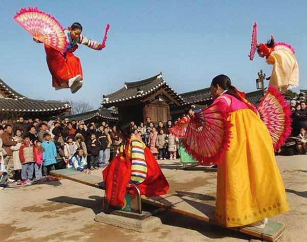 Thiếu nữ Hàn Quốc vui chơi trong ngày Tết cổ truyền