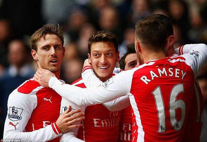 Với lợi thế sân nhà, Tottenham tràn đội hình lên tấn công ngay sau tiếng còi khai cuộc và đã gây nhiều khó khăn cho Arsenal. Ngay ở phút thứ 6, Tottenham đã có cơ hội vượt lên sau pha lên bóng nhanh bên cánh trái. Đáng tiếc ở tình huống cuối cùng, pha dứt điểm kỹ thuật về góc xa của Harry Kane đã không thắng được phản xạ tuyệt vời của thủ môn David Ospina.