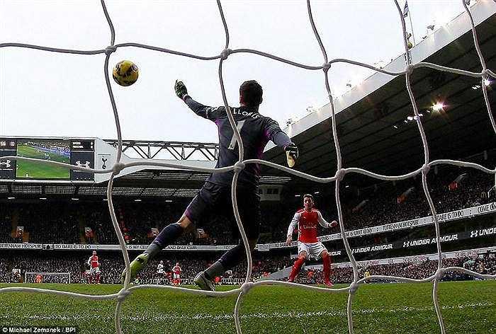 Trong một thế trận lép vế, Arsenal bất ngờ có bàn thắng nhờ pha dứt điểm hụt của Giroud. Phút thứ 11, bóng đến vị trị thuận lợi để Oezil dứt điểm 1 chạm mở tỷ số.
