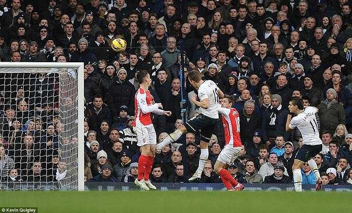Phút 86, từ quả tạt bên cánh trái của Nabil Bentaleb, Harry Kane lẻn vào khoảng trống giữa hai trung vệ Arsenal đánh đầu về góc xa hạ thủ môn David Ospina, ấn định chiến thắng 2-1 cho Tottenham.