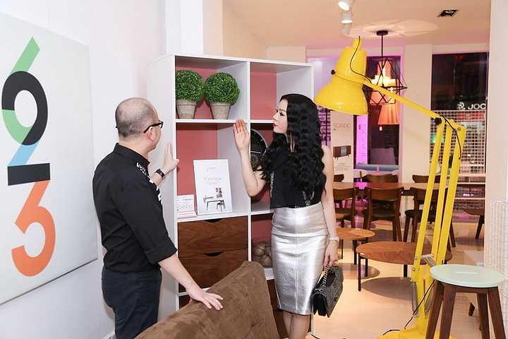 Xuất hiện tại showroom, 'nữ hoàng phòng trà' diện chiếc đầm bạch kim bó sát kết hợp áo sơ mi cách điệu rất giản dị, thoải mái.
