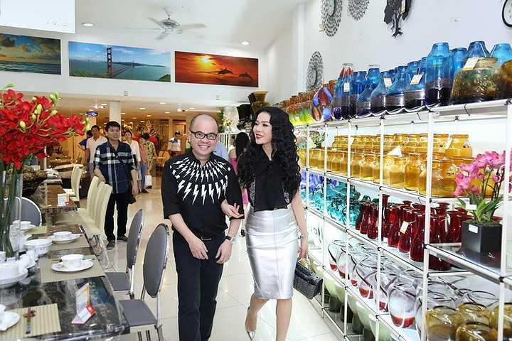 Doanh nhân Dương Quốc Nam đã tận tình dắt cô đi tham quan showroom giới thiệu cho Lệ Quyên những dòng sản phẩm mới nhất