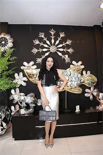 Trong năm này, cô đã phát hành DVD Q Show kỷ niệm 15 năm ca hát, là ca sĩ Việt Nam đầu tiên chính thức được hát 10 bài không tên của nhạc sĩ Vũ Thành An với album Vùng tóc nhớ…