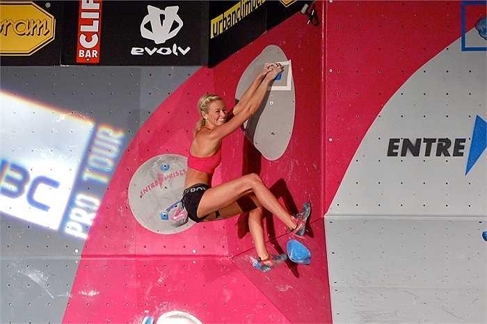 Môn thể thao leo núi giúp cô gái 20 tuổi có thân hình khỏe mạnh, rắn chắc