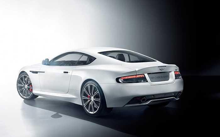 Aston Martin DB9 đặc biệt mới được chia thành 2 phiên bản khác nhau, đó là Carbon Black và Carbon White. Aston Martin DB9 Carbon Edition mới toát ra vẻ hầm hố và cuốn hút hơn hẳn phiên bản tiêu chuẩn.