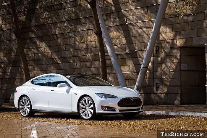 Mẫu sedan chạy điện khá thời trang với chất liệu nhôm trọng lượng nhẹ. Bên trong cabin có thể dành cho 5 người lớn ngồi. Với pin 85 kWh, chiếc xe Tesla có khả năng tăng tốc 0-100 km/h trong 4,2 giây.