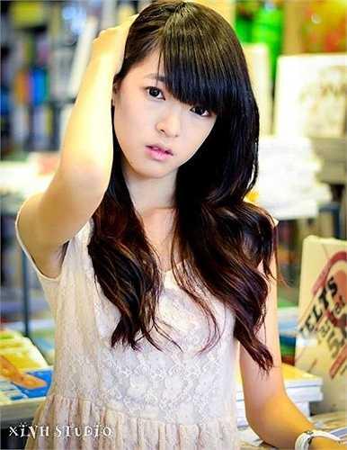 Cô bạn Trần Thị Uyên Linh dù mới lớp 11 nhưng cô bạn đã là chủ của một shop mỹ phẩm từ vài năm trước và tạo được thương hiệu riêng cho bản thân.