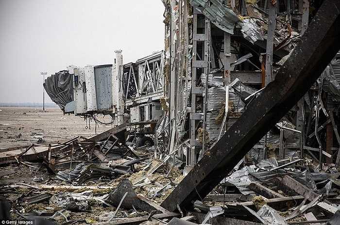 Một phần sân bay bị phá hủy