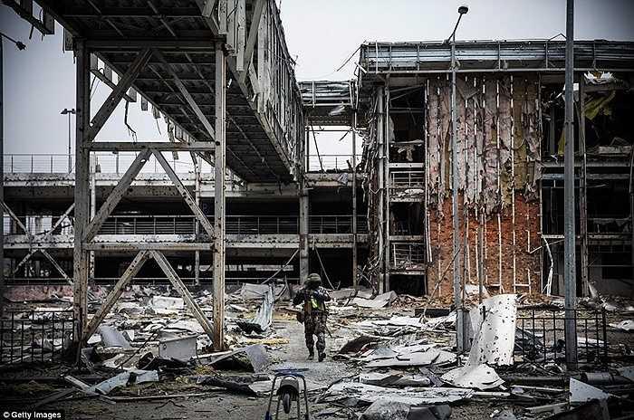 Các chiến binh ly khai di chuyển trong sân bay Donetsk