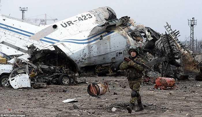 Xác máy bay nằm chỏng chơ ở sân bay