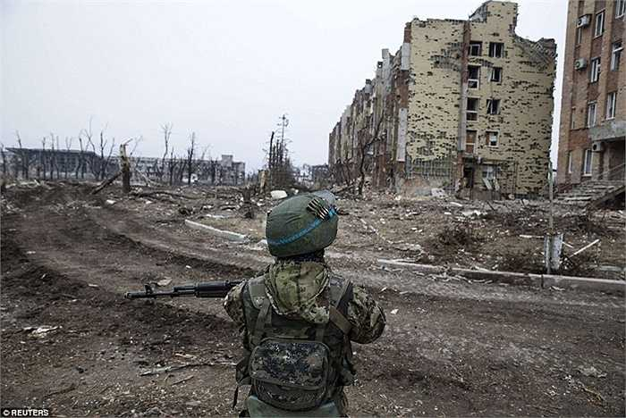 Một binh sĩ đứng canh gác bên đống đổ nát ở Donetsk
