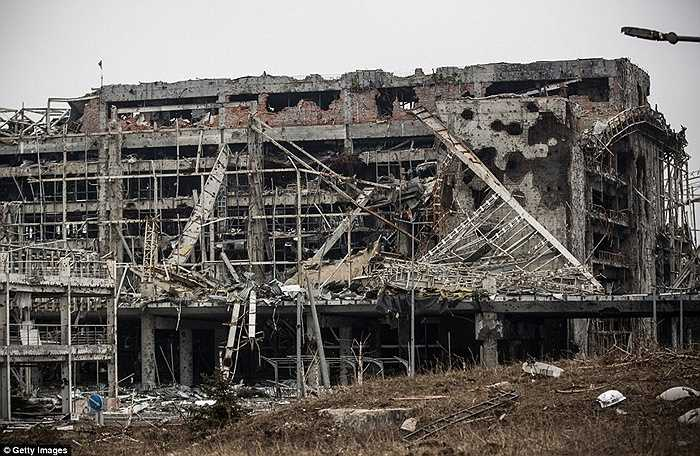 Tòa nhà chính của sân bay Donetsk tan tành vì pháo kích