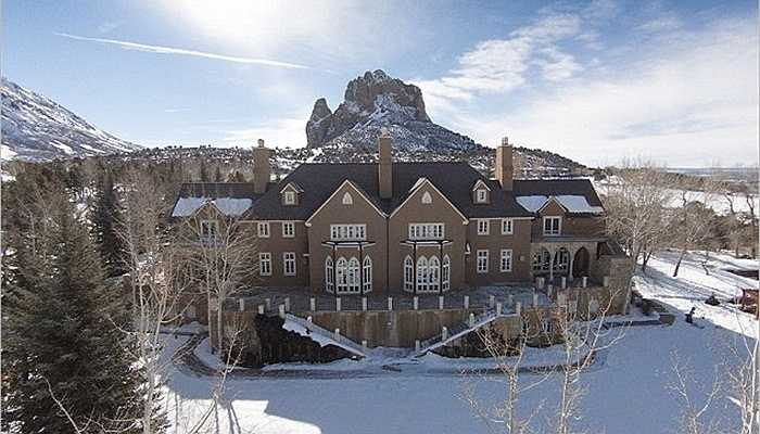 Căn biệt thự theo kiểu châu Âu được hoàn thành vào năm 1994 và có tầm nhìn ra vùng núi Needle Rock hùng vĩ