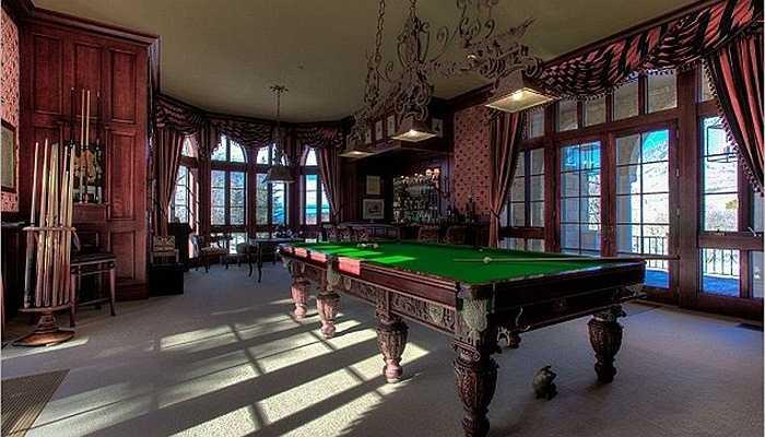 Căn nhà là nơi cố ngôi sao Joe Cocker sinh sống cùng vợ mình. Ông thường xuyên tiếp đón những vị khách quý và chiêu đãi họ những ván bi-a chất lượng