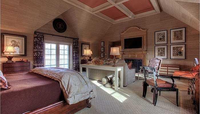 TV màn hình phẳng được gắn thẳng vào tường nhà, ngay phía trên lò sưởi