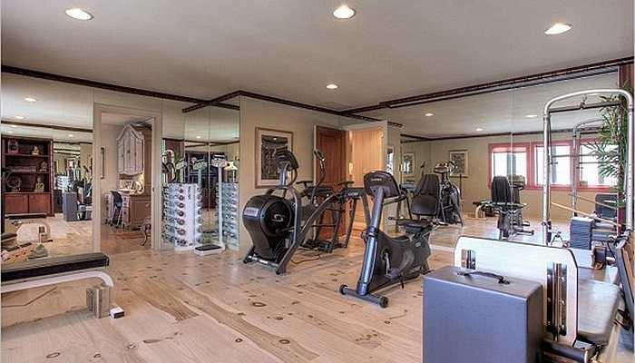 Ngoài ra, tại căn biệt thự này Joe Cocker còn sắm sửa những thiết bị tập luyện tăng cường sức khỏe cho mọi người