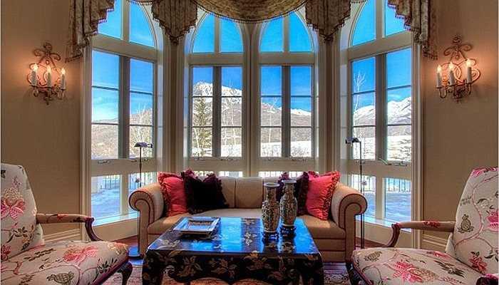 Diện tích sử dụng là hơn 1.400m2 và vị trí của căn nhà này ở vùng ngoại ô Crawford, Colorado, Mỹ