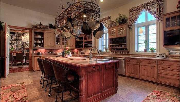 Nhà bếp rộng rãi với giá treo đồ rất tiện lợi gắn trên trần và bộ đồ nội thất xa xỉ