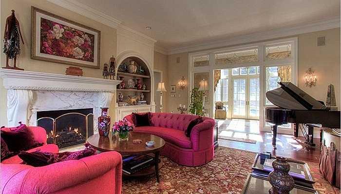 Phòng khách ấm cúng với chiếc đàn dương cầm lớn cùng nội thất kiểu hoàng gia