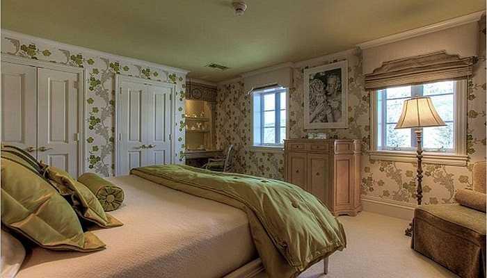 Phòng ngủ cho khách được trang hoàng bởi những tờ giấy dán tường độc đáo